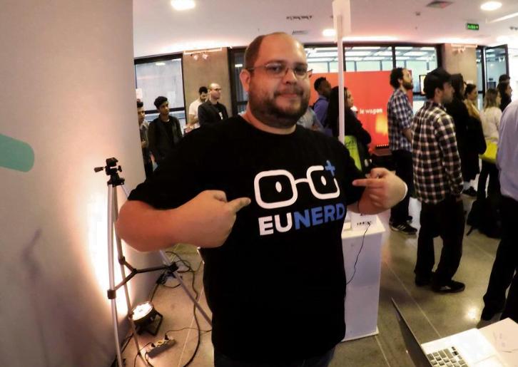 """Diego é """"nerd master"""", responsável pelo help desk da EuNerd, e exibe a nova identidade visual da startup."""