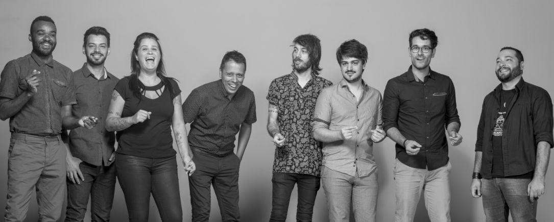A Sound Thinkers tem apenas oito funcionários, incluindo Paulo (ao centro, mãos no bolso) e não pretende crescer muito mais do que isso.
