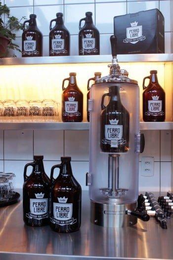 Na loja, o cliente também pode levar o chopp no growler, este garrafão que mantém a bebida fresca e é retornável.