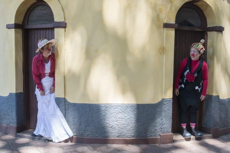 Mônica Malheiros, como Solenta, e Nina Campos, como Consuelo: novos negócios à vista.