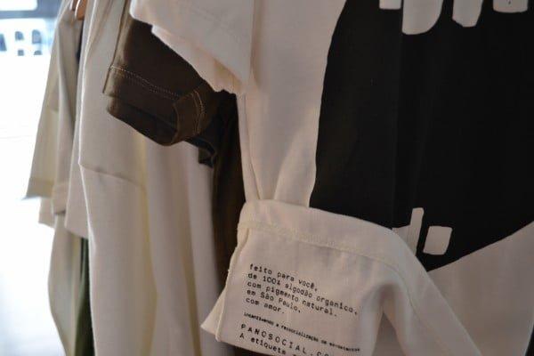 """Detalhe da etiqueta da PanoSocial: """"...com amor. Incentivando a ressocialização de ex-detentos"""" (foto: Ana Paula Machado)"""