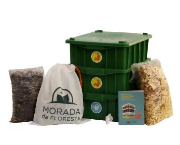 A Morada da Floresta vende kits completos de composteira (o da foto sai 208,85 reais).