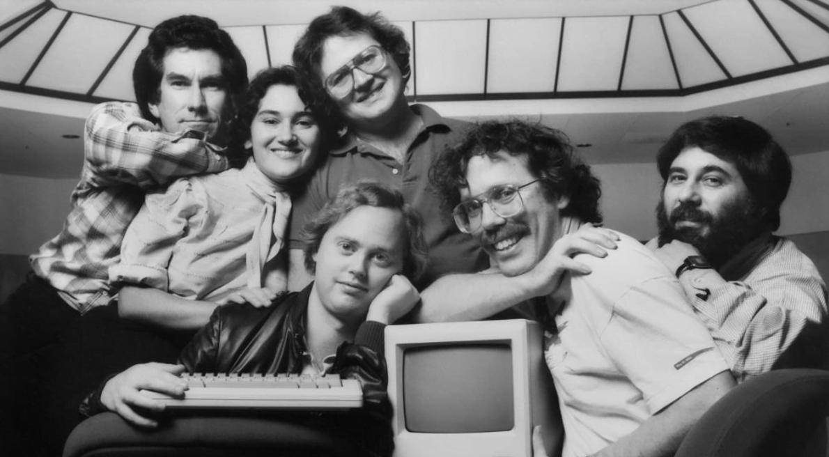 time de 20 talentos da Macintosh que Steve Jobs separou do restante da empresa para trabalharem no desenvolvimento do primeiro Mac (imagem: reprodução LinkedIn).