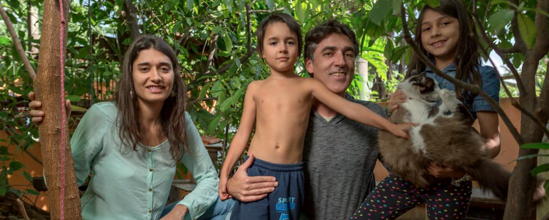 Cláudio Spínola com a esposa, Ana Paula, e os filhos Violeta (segurando o gato Jaiminho) e Micah. O estilo de vida conectado com a natureza que virou negócio (foto: Na Lata).