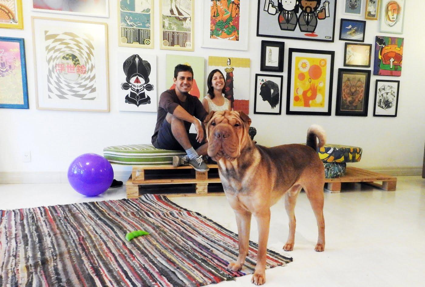 Miguel e Júlia (na foto, com Jung, um Shar-pei que não desgruda) querem ver Brasília com menos rótulos e mais criativa (foto: Luís Tajes).