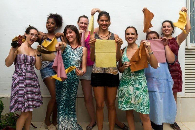 Maibe, ao centro, com as alunas de sua oficina: gente da moda, artesãs e pessoas que queriam experimentar o processo
