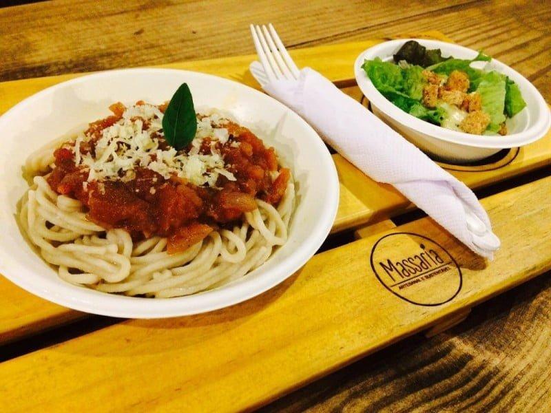 Na Massaria, o espaguete de quinoa com molho pomodoro e salada de folhas orgânicas sai por 30 reais. É o preço de qualquer prato principal do cardápio.
