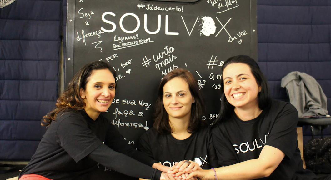 Thais Romanelli, Marina Vaz e Luciana Arantes: a equipe SoulVox em frente à cabine de doação de vozes.