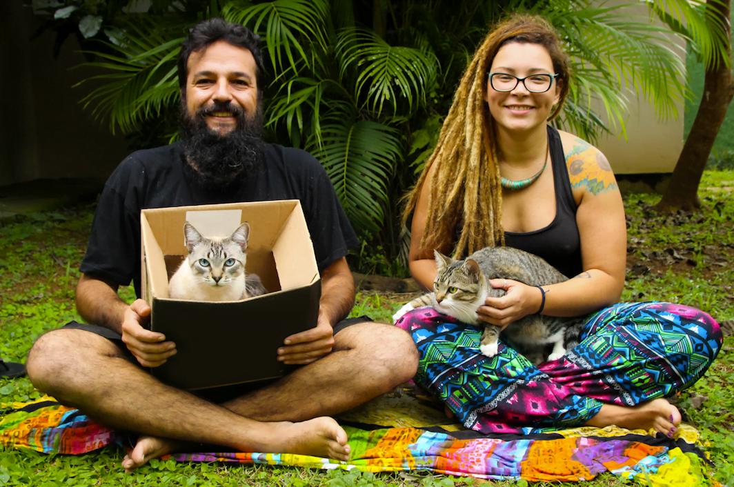 Em novo cenário, os fundadores da Brewcicleta repetem a foto para o Draft: Leo e Mari (de cabelo novo) com o gato Haroldo e sua nova companheira, Mafalda (foto: Felipe Scapino).