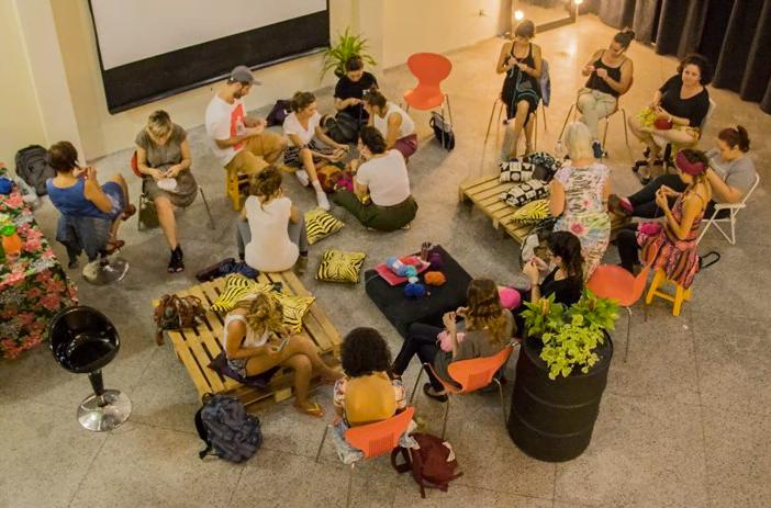 Oficina de grafite em crochê: a programação da Lona Criativa mescla arte e empreendedorismo.