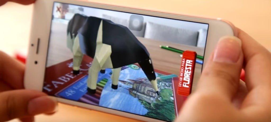 """Na imagem, um exemplo de ação de marketing da Faber-Castell. A Realidade Aumentada não """"tira"""" o usuário do mundo, o barato é inserir no real objetos criados digitalmente."""