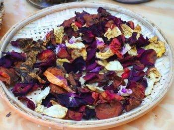 Flores e folhas do cerrado passam por um processo artesanal para extração dos pigmentos (foto: Luís Tajes).