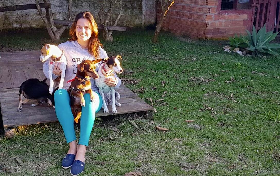 É legal porque quanto mais eu tiver lucro, mais vou ajudar, diz Ana Luísa Schmitt, da marca de camisetas comprometida com cães abandonados.