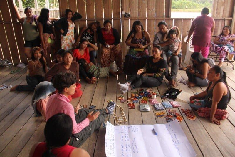 Amanda Santana (de blusa rosa), sócia fundadora da Tucum, em viagem de campo à etnia Yawanawa.
