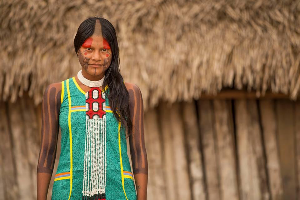 A modelo Ngrejkampyre Kayapó com colar da Tucum, a marca que tem loja fixa no Rio e parceiros ao redor do mundo para vender arte indígena e reverter a renda para as comunidades produtoras (foto: Paulo Velozo/Associação Floresta Protegida).