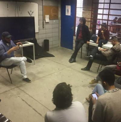 Henry (de boné) em um dos workshops em que ensina storytelling a instituições que ainda não conseguem contratar a Social Docs.
