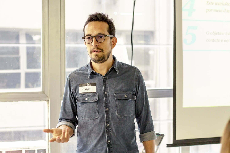 Rodrigo Cunha, CEO da Profile PR, comanda o workshop que passa as principais noções de relações públicas a pequenos empreendedores. (Foto: Renan / Divulgação)