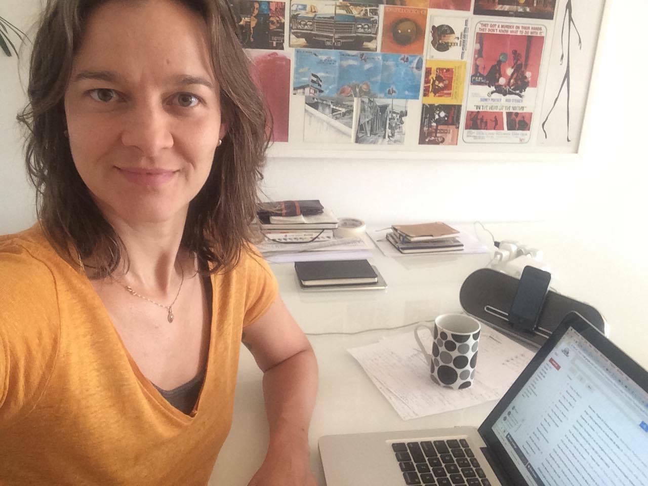 A editora-chefe do Draft, Phydia de Athayde, em seu posto de trabalho.
