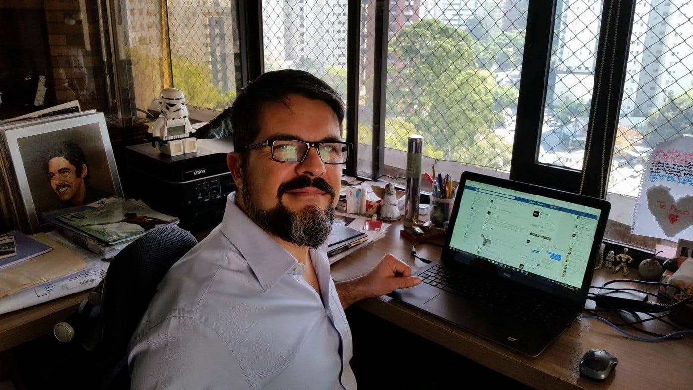 O fundador e publisher do Draft, Adriano Silva, bem acompanhado em seu ambiente de trabalho.