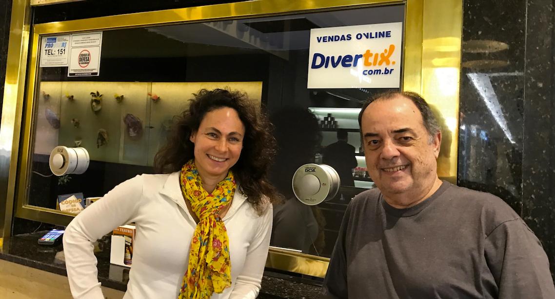Débora e Luiz Eduardo, os criadores do Divertix, na bilheteria do Teatro das Artes, no Rio.