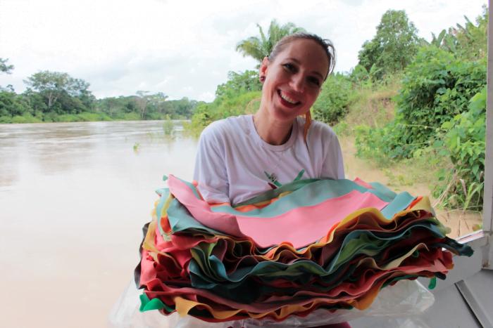 Flavia Amadeu na sua mais recente viagem ao Acre, de onde voltou com novas cores da borracha sustentável FSA que usa em suas criações.