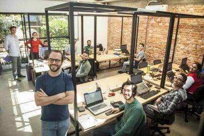 Mateus (à frente) no coworking Viveiro, uma spin-off. Para se fortalecer, a Giral acolheu as vocações de cada sócio (foto: Luís Simione).