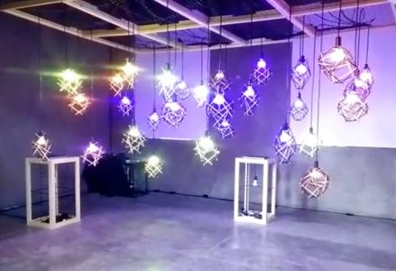 A Instalação Ilumini, em que lâmpadas interagem comandadas por um software, foi criada para um evento do Google por quatro artistas do Lilo.zone.