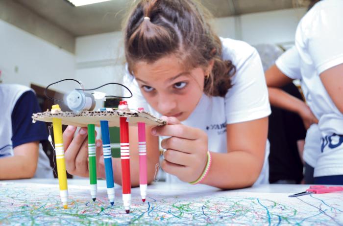 O Nave à Vela implanta espaços maker nas escolas e dá apoio durante seu uso. Ali os alunos são estimulados a buscar soluções criativas para diversos problemas.