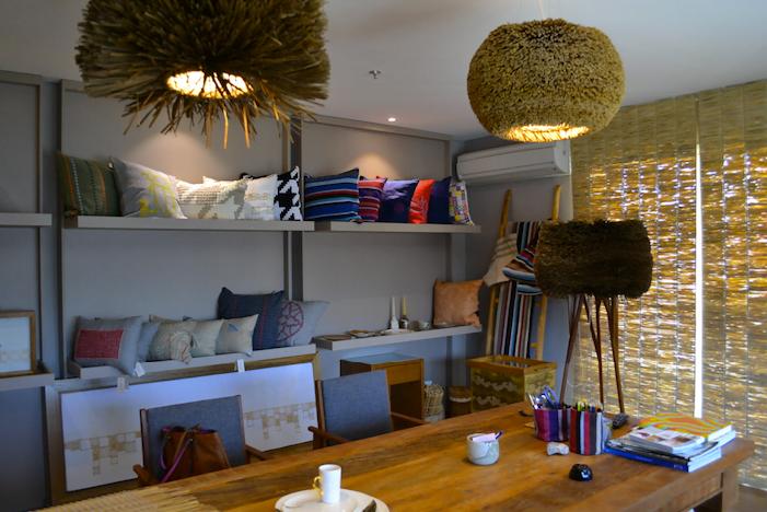 Algumas capas de almofada, persianas e pendentes de lustre (todos feitos à mão pela Fellicia) estão no showroom da marca, em São Paulo (foto: Ana Paula Machado).