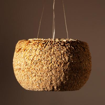 Pendente com cúpula de fibra natural de Junco e eixo de madeira de Catuaba, da Fellicia, é uma das peças do catálogo.