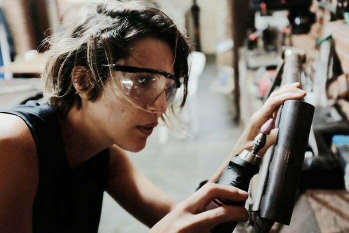Alice, uma das sócias da Spino Bike, com a mão na massa