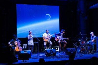 Como preparar o palco para uma atração artística durante o evento, sem atrapalhar a experiência? A saída foi uma intervenção com a plateia (fotos: Fernando Cavalcanti).