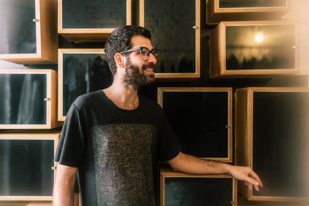 O estilista Renan Serrano criou o Biosoftness inicialmente para aumentar o tempo de vida das roupas de sua marca, a Trendt (foto: Thays Bittar).
