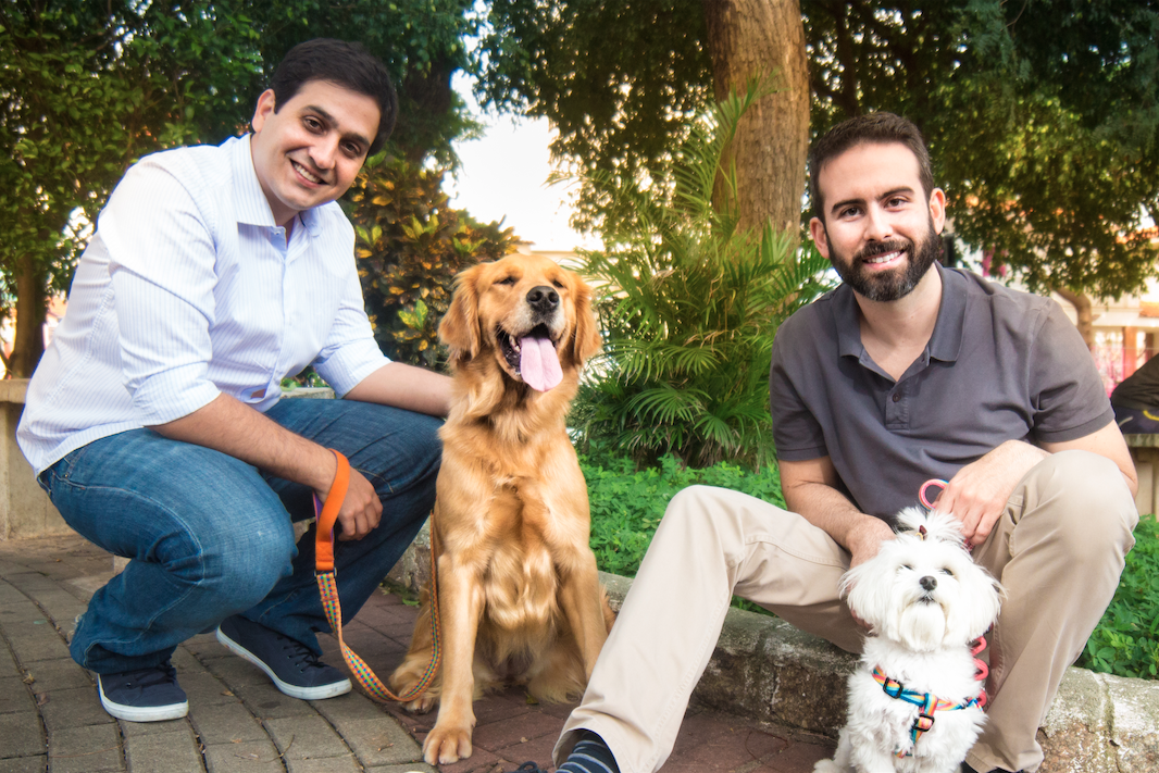 Eduardo Baer e Fernando Gadotti, os fundadores da DogHero — com Amora e Bárbara (foto: Igor Pratis).