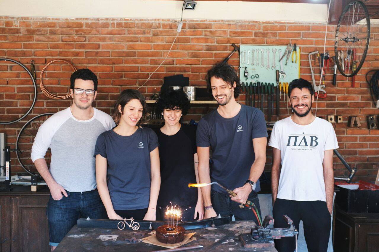 Equipe da Spino Bike na oficina, em Porto Alegre: Victor Rosito, Alice Oliveira, Gabrielle, Luiz Assis Brasil e Yago Silveira.