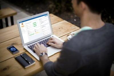 O programa funciona em cloud e é responsivo, ou seja pode ser acessado em qualquer dispositivo.