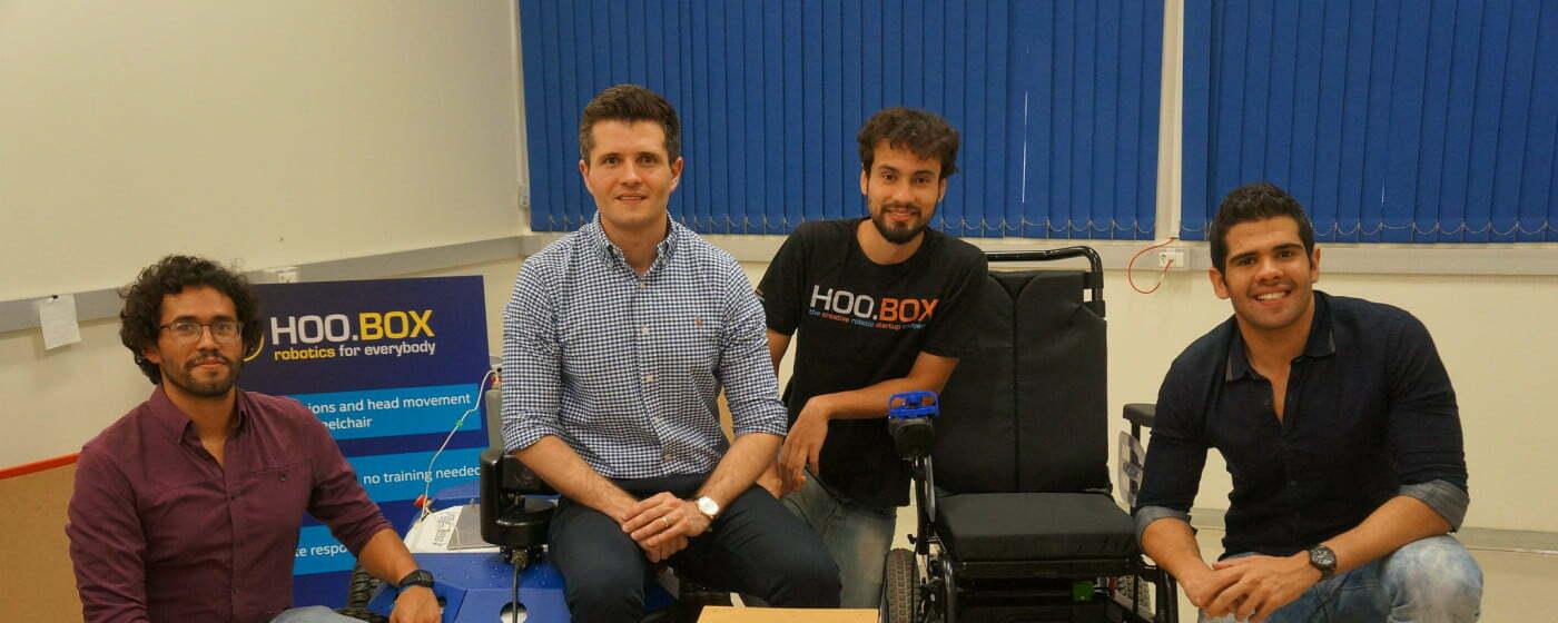 """Paulo, de camisa clara, e Claudio, à direita, com dois funcionários da HooBox, que tem um """"pé"""" no Brasil e outro nos EUA."""