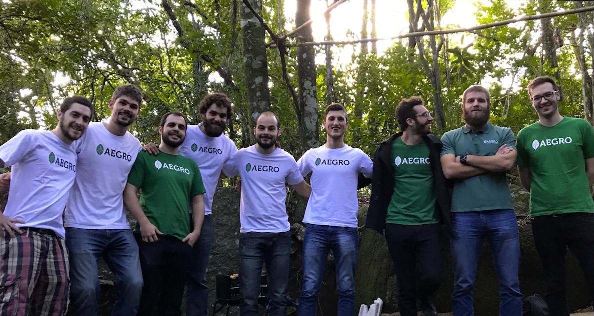 Pouca idade, barba na cara e calça xadrez: o time da Aegro leva tecnologia acessível e inteligente para tornar a vida no campo mais atraente aos jovens.