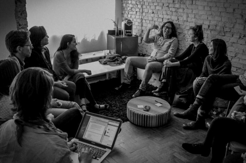 Max em uma reunião na Dervish, experiência anterior, também em rede, que ajudou a inspirar a Humans.