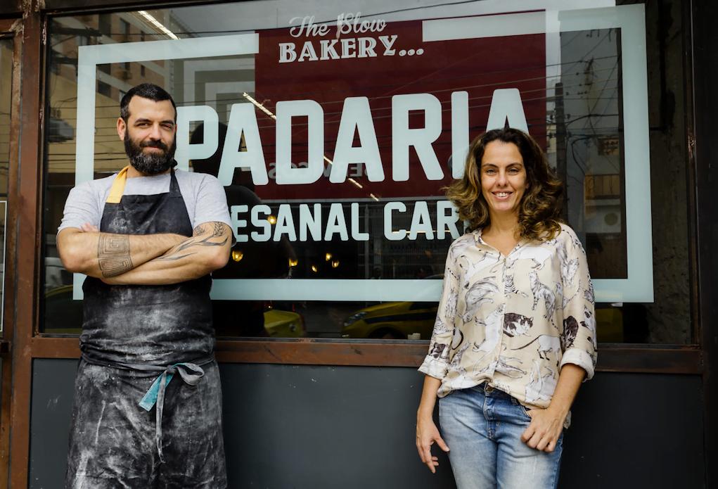 Rafael Brito Pereira e Ludmila Espíndola aprenderam sozinhos a fazer pão e a gerir um negócio. Hoje, acreditam que a vida não precisa ser tão corrida — e que pode ser reinventada aos 40.