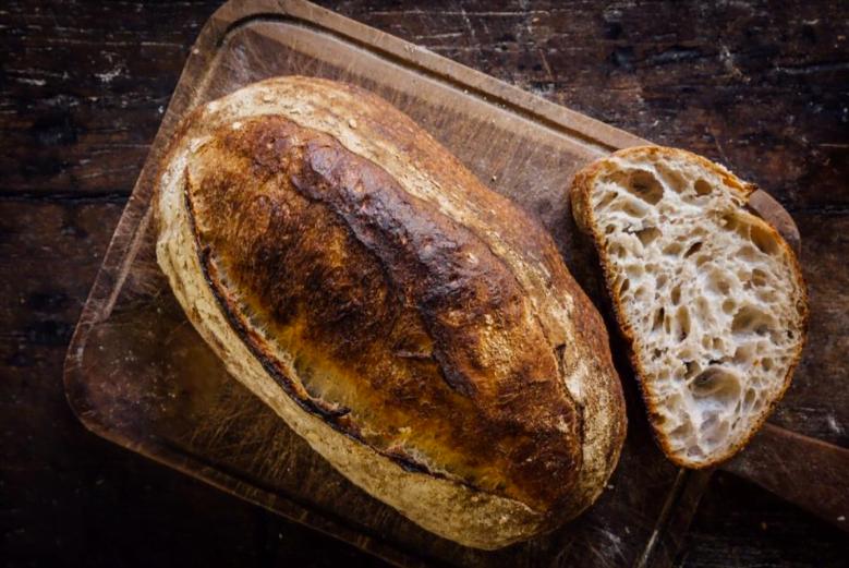 O pão do tipo sourdoughs, da Slow Bakery, tem a casca bem dura e bolhas na massa. E leva dois dias para ser preparado. Sem pressa.