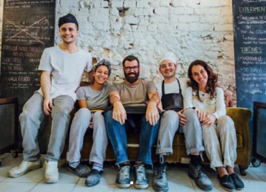 Parte de equipe da Slow Bakery. Sem garçom e sem funções específicas, todos lavam louça, se revezam na cozinha e no salão do café.