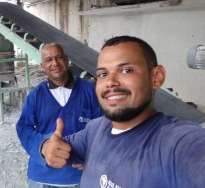 Dois dos três funcionários da Nova Brasil Ambiental, no galpão da recicladora de vidro.