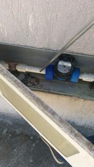 Ao encostar no hidrômetro, a haste do sensor criado pela Stattus4 encontra vazamentos de água com mais precisão que o método tradicional.
