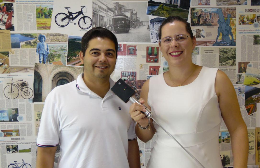 Parece um microfone, mas não é: Antonio Oliveira e Marília Lara mostram a solução inovadora da Stattus4, que usa inteligência artificial e otimiza a detecção de vazamentos de água.