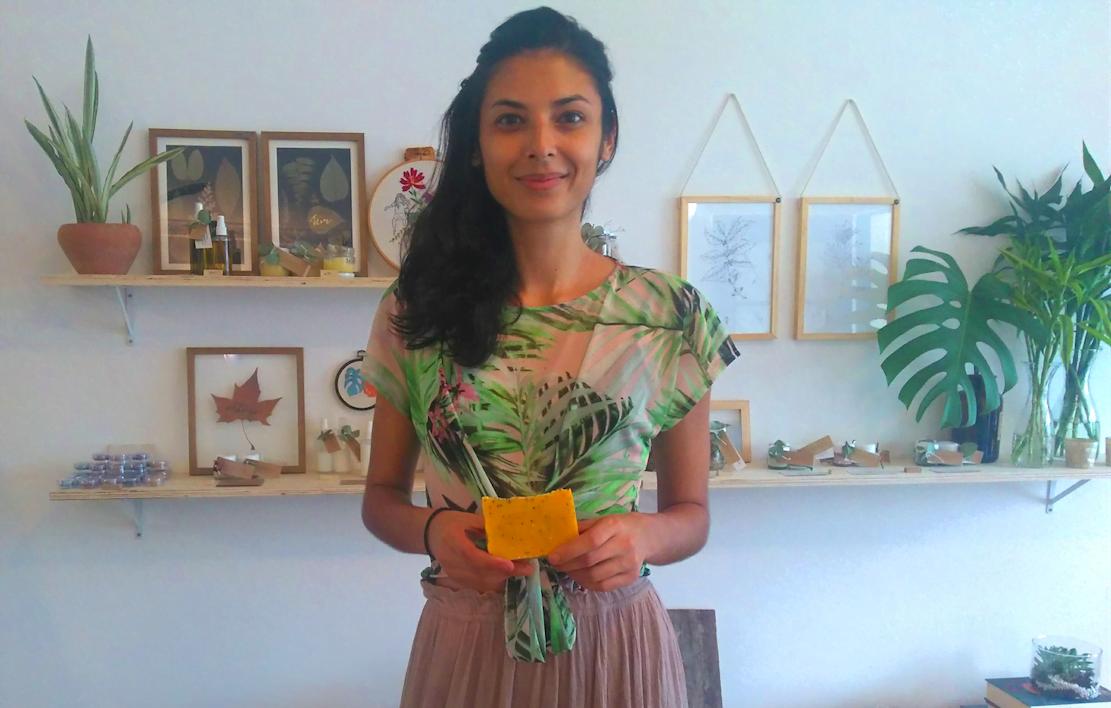 Eloísa fez oficinas de artesanato, estudou cosmetologia e aromaterapia para criar a Lá do Mato (foto: Camila Honorato).