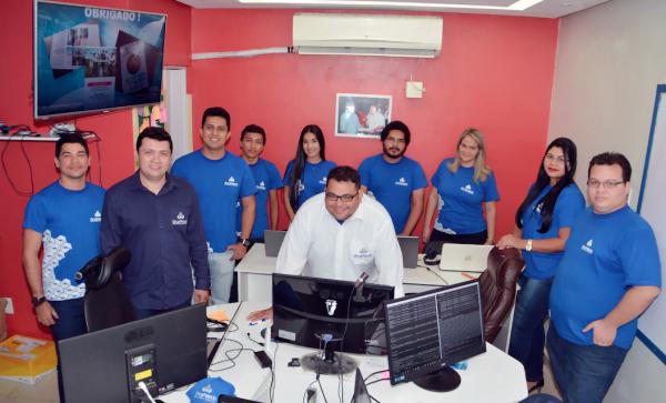 Antonio (ao centro) e funcionários da OrçaFascio no escritório em Macapá.