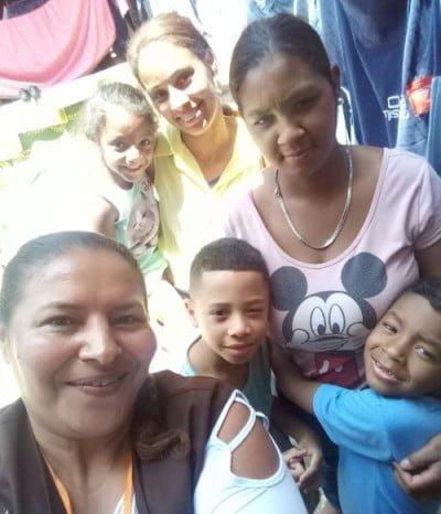 A consultora Antônia (de marrom) é a responsável por entrar nas comunidades e apresentar o projeto para as mães. Aqui está em Sacadura Cabral, em Santo André.