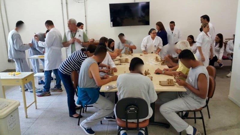 Internos do Hospital Psiquiátrico Pinel em uma oficina maker oferecida por José Michel. A aceitação é tanta que já teve até paciente adiando a alta para poder terminar um projeto.