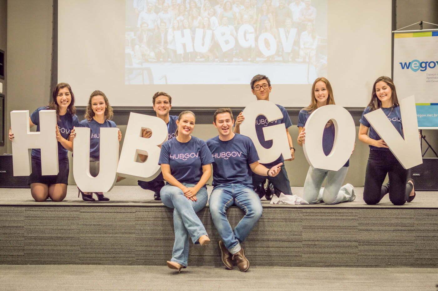 André e Gabriela Tamura (no centro, à frente), no lançamento do HubGov, programa da WeGov orienta servidores públicos na criação de soluções para problemas nas instituições.